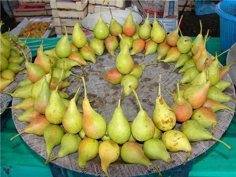 Спелые груши на базаре в Ташкенте