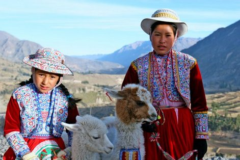 Перу, местные жители в национальных нарядах